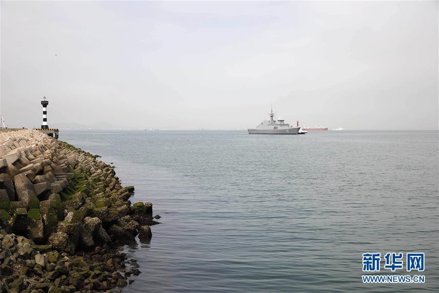 参加海军成立70周年多国海军活动的首艘外国舰艇抵达青岛3.jpg
