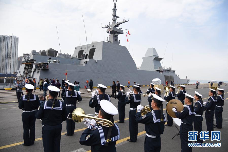 参加海军成立70周年多国海军活动的首艘外国舰艇抵达青岛5.jpg