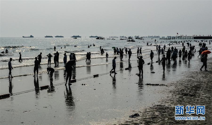 北海银滩游人多4.jpg