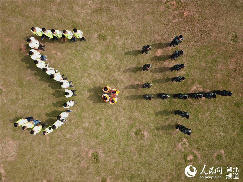 致敬五四青年节 青年建设者走进军营圆梦想.jpg
