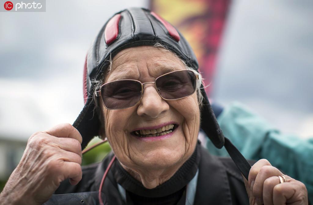 年齡擋不住一顆勇敢的心 加拿大九旬老人挑戰高空跳傘.jpg