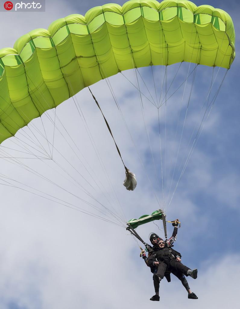 年齡擋不住一顆勇敢的心 加拿大九旬老人挑戰高空跳傘2.jpg
