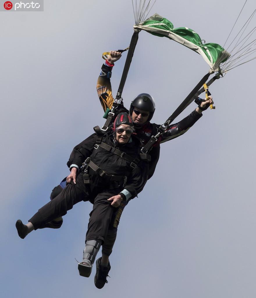 年齡擋不住一顆勇敢的心 加拿大九旬老人挑戰高空跳傘3.jpg