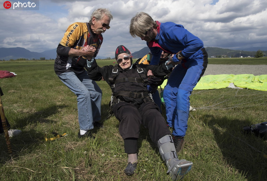 年齡擋不住一顆勇敢的心 加拿大九旬老人挑戰高空跳傘4.jpg