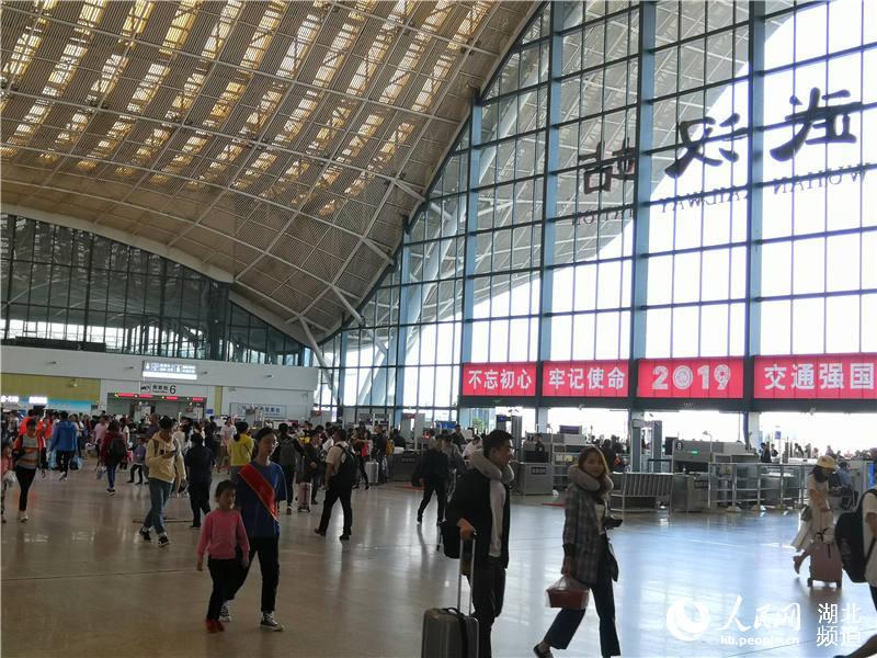 鐵路暑運大幕開啟 武漢多個火車站迎來客流高峰2.jpg