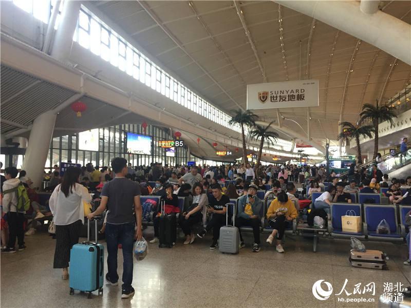 鐵路暑運大幕開啟 武漢多個火車站迎來客流高峰5.jpg