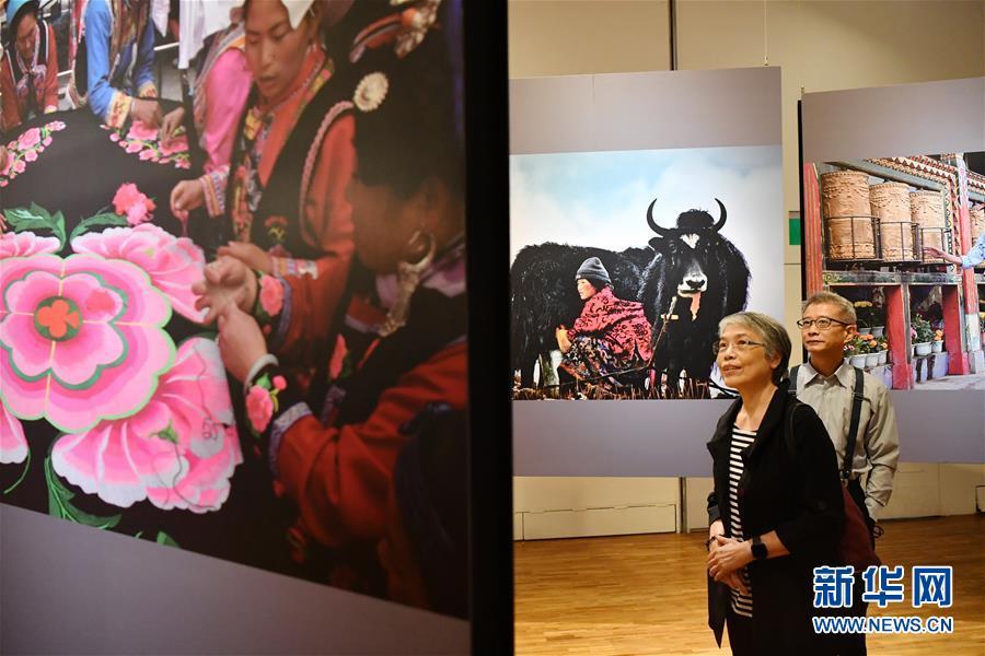 """""""锦绣河山""""少数民族风情摄影展在台北举行.jpg"""