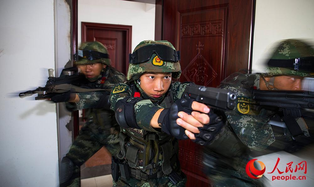广西贵港:武警反恐演练 提升实战能力8.JPG