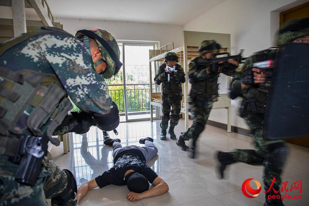 广西贵港:武警反恐演练 提升实战能力9.JPG