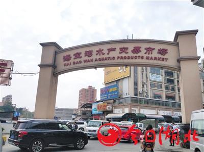 1月22日中午,佛山海寶灣水產市場進出車流人員密集,包括店主在內,大部分未戴口罩。A08-A09版攝影/新京報記者 劉浩南