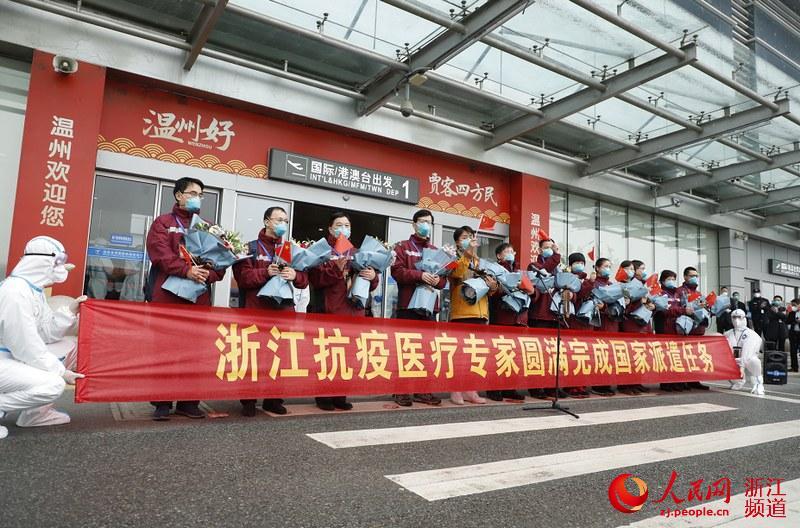14時20分,專家組手持國旗和鮮花,來到了歡迎儀式現場。