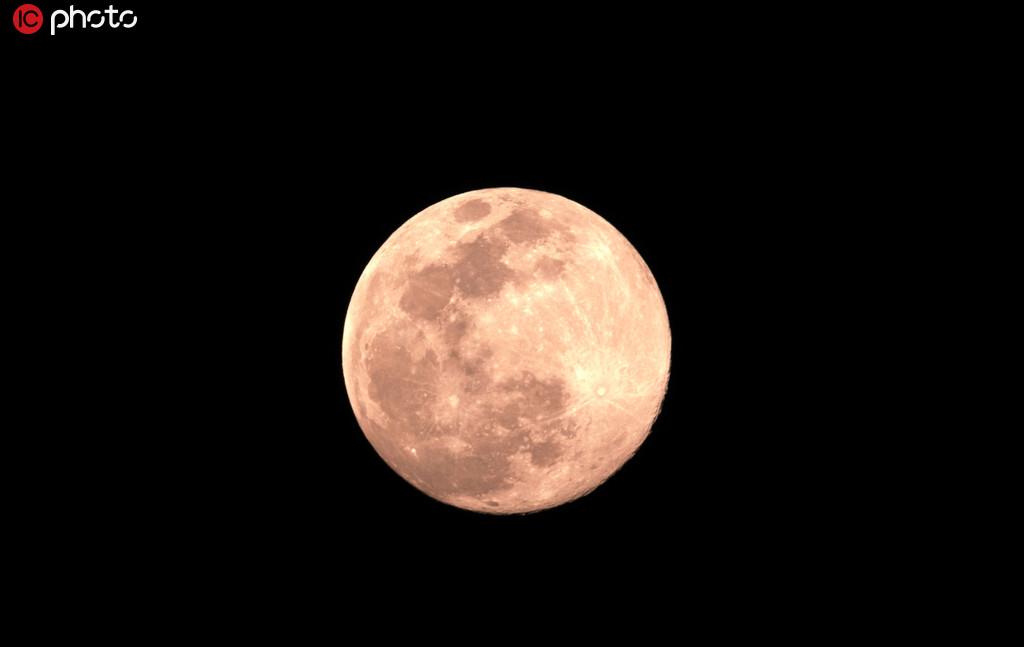 4月7日,2020年全年最大超級月亮現身武漢夜空。/IC photo