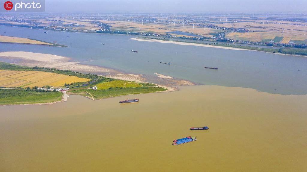 """5月12日,在長江與鄱陽湖兩水相匯之處的湖口縣,再現江湖清濁分界線,宛如一幅壯觀的""""涇渭圖""""。"""