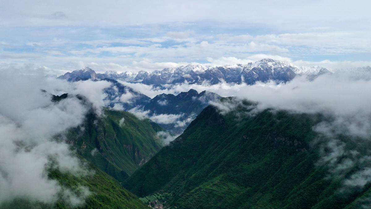這是5月27日拍攝的雨后云霧繚繞的岷山(無人機照片)。