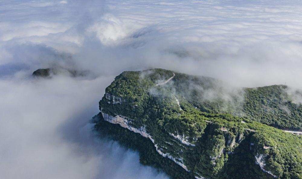 6月10日拍攝的漢中市南鄭區龍頭山主峰云海景觀(無人機照片)。