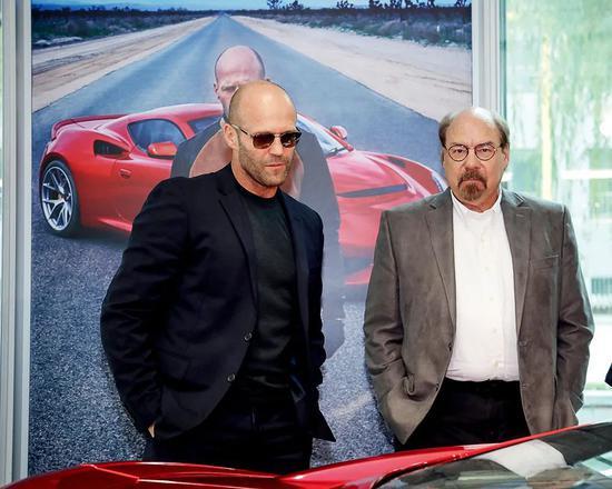 2019年7月20日,賽麟品牌代言人、好萊塢影星杰森·斯坦森(左)與美國賽麟汽車創始人史蒂夫·賽麟現身北京的賽麟體驗店。圖/視覺中國