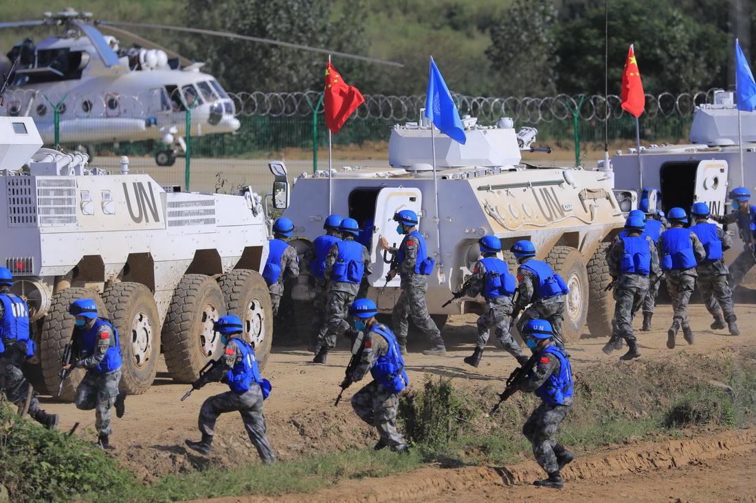 9月11日,中国参演分队进行应对暴恐袭击课目展示。新华社记者 刘芳 摄