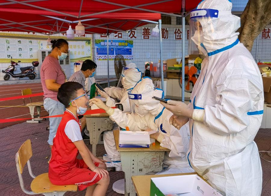 9月13日早晨,福建莆田仙游县鲤城仙游实验小学核酸检测点。胡昂摄
