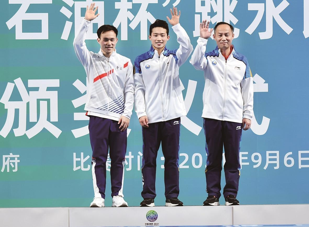 湖北代表团夺得金牌的运动员王宗源(中)湖北省社体中心、新华社