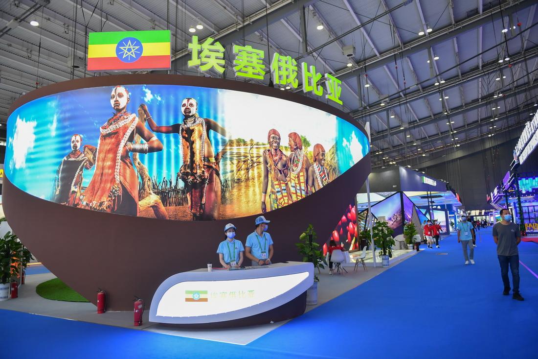 9月28日,观众在第二届中国-非洲经贸博览会非洲主宾国形象展区参观。